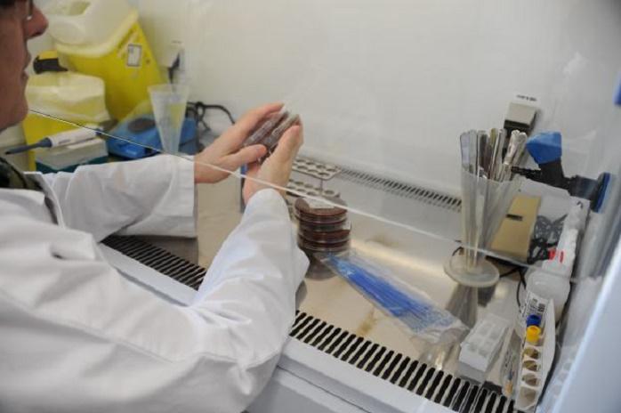 manipulateur en laboratoire